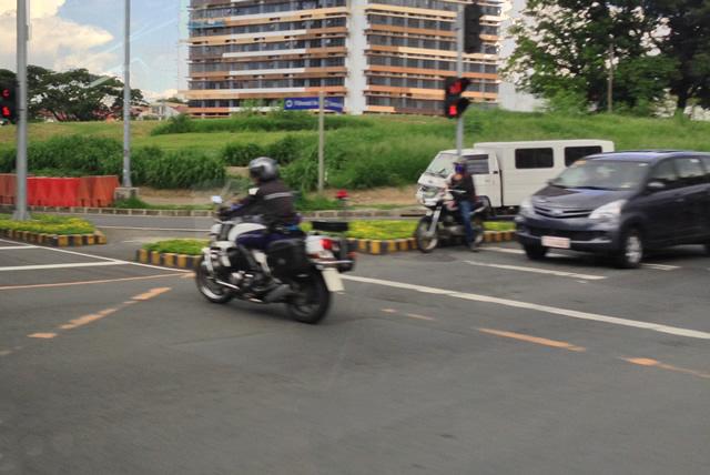 フィリピン白バイ警官の先導で赤信号通過