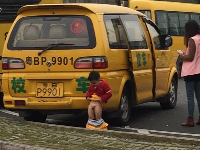 深圳湾口岸でしょんべん小僧を発見