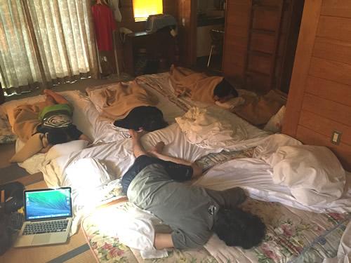 ログハウスでメンバーが眠る様子