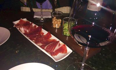 香港でワイン片手にビジネスの打合せ