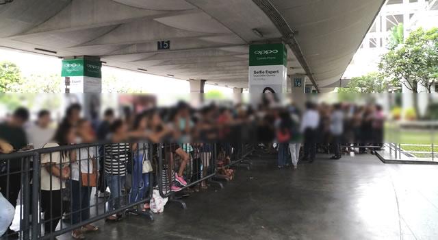 マニラ空港の到着出口は相変わらずの人の多さ