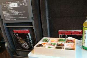 新幹線で東京へ向かっております