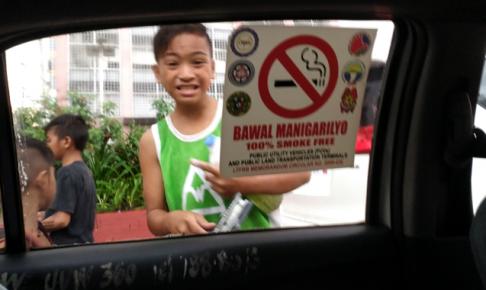 マニラの車の窓拭きで逞しく稼ぐ少年たちの笑顔に癒される