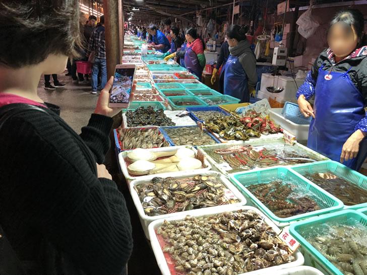 珠海市の湾仔にある海鮮街の様子