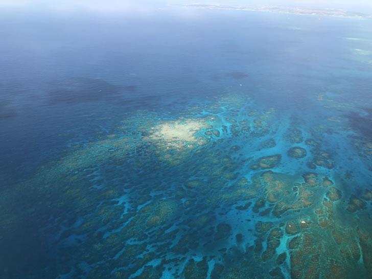 空から見た青い海