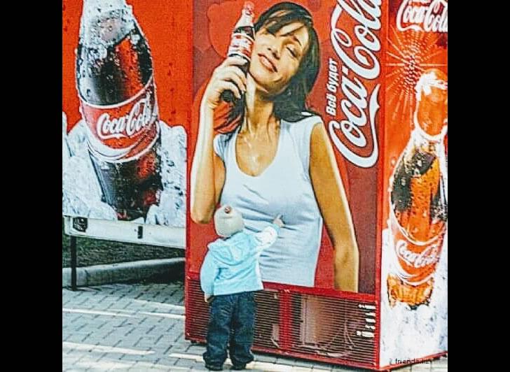 広告のおっぱいを触る子供の姿が可愛らしい